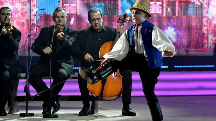 Albert Csaba széki táncokat ad elő, kísér Szalonna és bandája a Médiaszolgáltatás-támogató és Vagyonkezelő Alap (MTVA) és a Hagyományok Háza közös, a Duna tévécsatornán élőben közvetített Fölszállott a páva című népzenei és néptánc tehetségkutató verseny döntőjében, táncos szólista kategóriában a közmédia óbudai stúdiójában 2016. december 16-án. MTI Fotó: Máthé Zoltán
