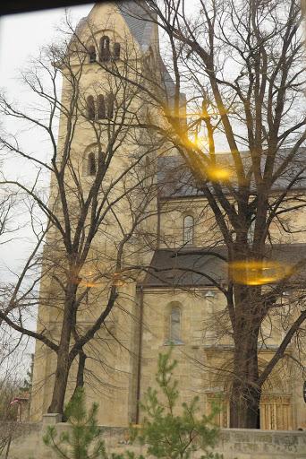 A templom a zarándokház ablakából