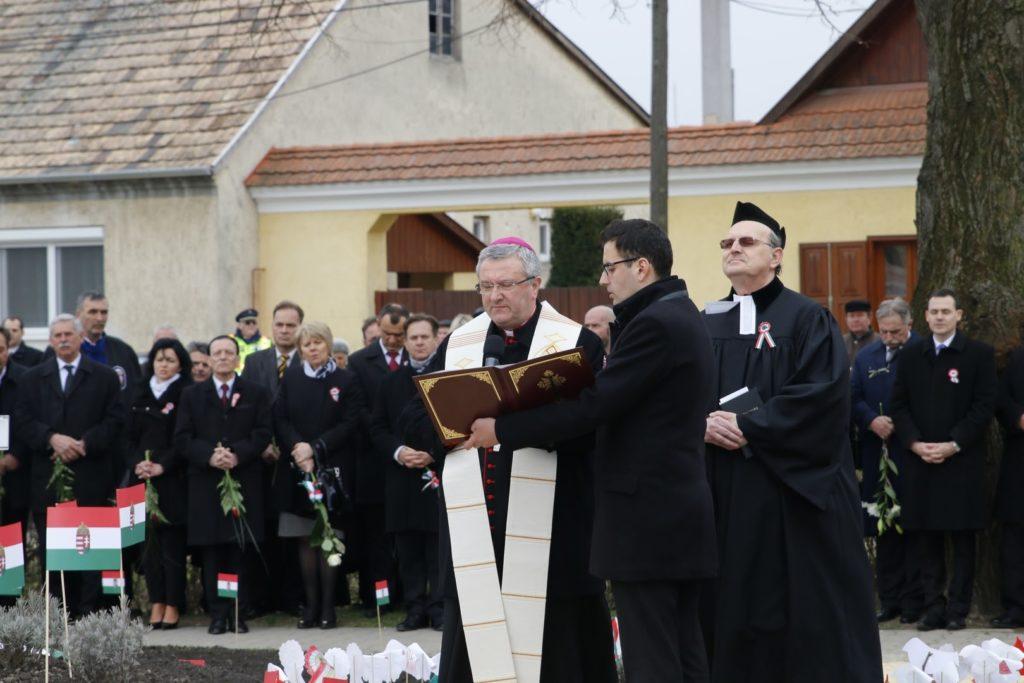 Dr. Veres András megyéspüspök szenteli meg az emlékművet