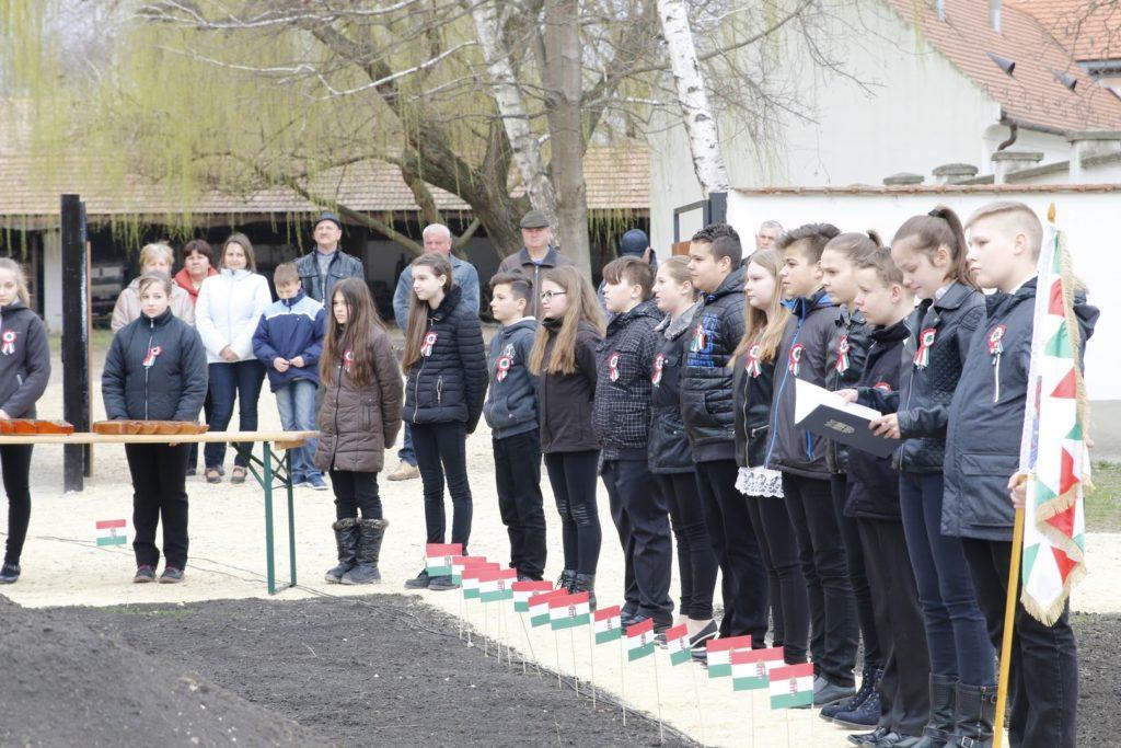 Ünnepi műsor a helyi általános iskola 6. évfolyamának közreműködésével. Felkészítő tanár: Folkmayer Csilla